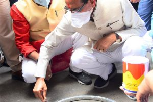 Chief Minister Chouhan distributes masks on the streets of the city and chalks out circles