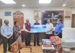 Union Minister of Chemicals & Fertilizers receives dividend from PDIL